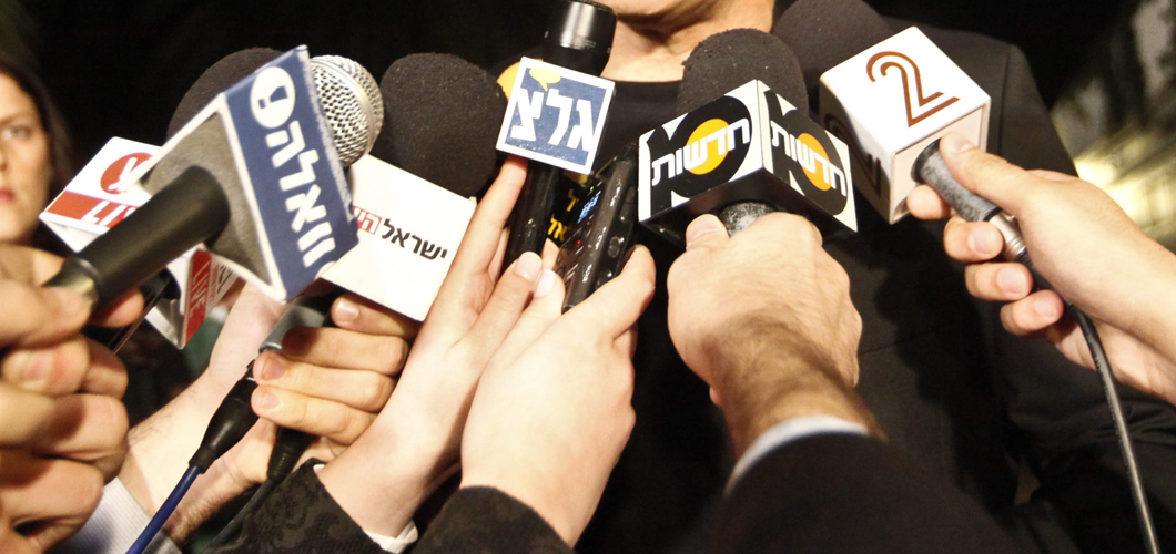 מסיבת עיתונאים של יאיר לפיד יושב ראש מפלגת יש עתיד ברחוב מגוריו בחירות 2013 כנסת 19