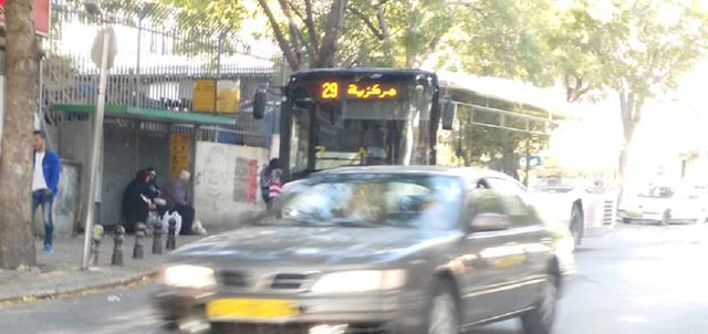 אוטובוס ברחוב סואן