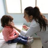 רופאה מטפלת בילדה חולה בבית חולים